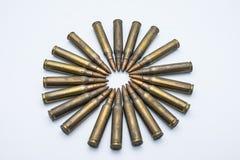 Kreis von alten Gewehrpatronen 5 56 Millimeter auf einem weißen Hintergrund Stockbilder