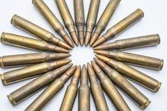 Kreis von alten Gewehrpatronen 5 56 Millimeter auf einem weißen Hintergrund Lizenzfreie Stockfotografie