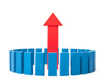 Kreis von blauen buidling Blöcken um upleading Pfeil Lizenzfreie Stockbilder