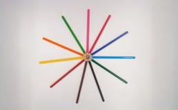 Kreis von bunten Bleistiften oder von Zeichenstiften Stockbild