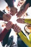 Kreis von Vertrauen Gruppe von Personen im Kreis und in der Unterstützung Lizenzfreie Stockfotografie