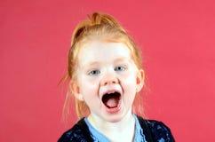 Kreischen des recht kleinen Mädchens Lizenzfreie Stockbilder