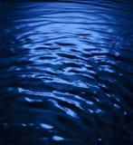 Kreise auf dem Wasser von den Tropfen Hintergrund f?r eine Einladungskarte oder einen Gl?ckwunsch lizenzfreie stockfotografie