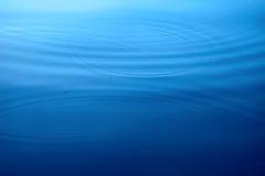 Kreise auf einer Wasseroberfläche lizenzfreie stockfotografie
