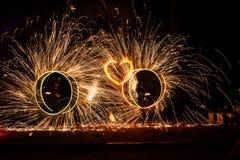 Kreise der Feuerwerksshow zwei mit Funken und brennendem Herzen lizenzfreies stockbild
