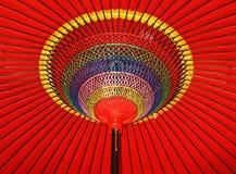 Kreise und Linien eines roten Regenschirmes lizenzfreies stockbild