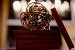 Kreiselkompass-Ball auf Büchern stockfoto