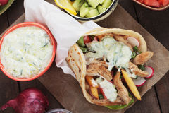 Kreiselkompasse, griechisches Pittabrot eingewickeltes Sandwich Stockfoto