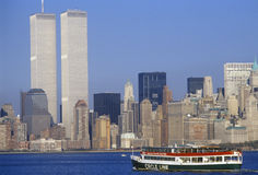 Kreisen Sie Linie Boot ein, um Freiheitsstatuen mit World Trade Center, New York City, NY zu sehen Lizenzfreie Stockfotos