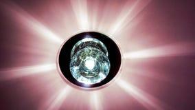 Kreisen Sie Luxusleuchter mit Sternreflexion auf dunkler Decke ein Stockfotografie