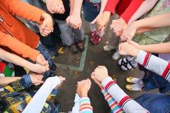 Kreisen Sie von den Kindern ein, die für Hände angehalten werden stockfotos