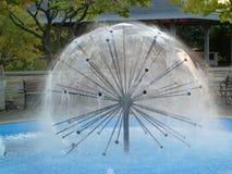 Kreisförmiger moderner Brunnen Stockfotos