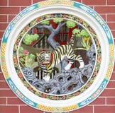 Kreisförmiges chinesisches Tempel-Tiger-Wand-Schnitzen Stockbilder