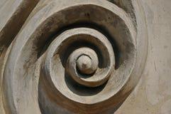 Kreiskunstikone des abstrakten Strudels auf Betonmauer Stockfotografie