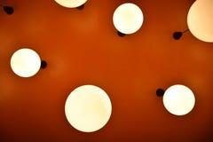 Kreislampe des niedrigen Winkels mit orange Hintergrund stockfotografie