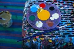 Kreismalereipalette voll der bunten placingCircular Malereipalette der Acrylfarbe voll der bunten Acrylfarbe Stockbild