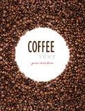 Kreisrahmen von den Röstkaffeebohnen, die auf Weiß lokalisiert werden, verwendet möglicherweise a Lizenzfreie Stockfotografie