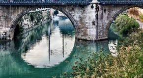 Kreisreflexion der Brücke der Gefahren auf dem Fluss Segura, Murcia stockfotografie