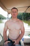 Kreissäge: Mann, der ein Boot fährt Lizenzfreies Stockfoto