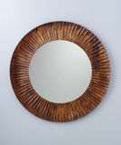 Kreisspiegel hergestellt durch braunen hölzernen Rahmen Stockbild