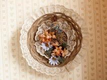 Kreisspitze-, Blumen- und Weidenwandanzeige Stockfoto