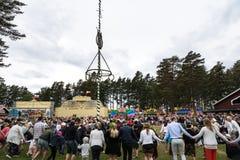 Kreistanz um den Maibaum in Schweden lizenzfreie stockfotos