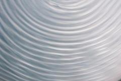 Kreiswellenbewegung in einem flüssigen System Hintergrund des blauen Graus für stockfoto