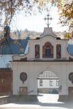 Krekhiv, Ucrânia - 15 de outubro de 2018 Porta ao monastério de Krekhiv fotografia de stock