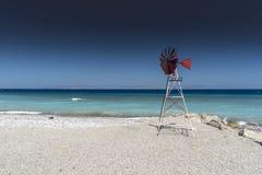 Kremasti海滩和风车罗得岛希腊 免版税图库摄影