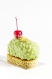Kremeisgebäck-Kuchennachtisch mit Kirsche lizenzfreie stockbilder