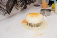 Kremeisjoghurtkuchen Eine Zeichnung des Kremeises auf dem Kuchen Gefrorenes Spiegeltüpfelchen auf dem i Kulinarische Meisterwerke stockfoto