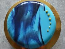 Kremeiskuchen mit blauer Spiegelglasur Lizenzfreie Stockfotografie