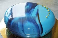 Kremeiskuchen mit blauer Spiegelglasur Stockfoto