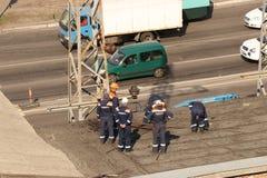 Kremenchug, r?gion de Poltava, Ukraine, le 9 avril 2019, r?parent des grilles d'alimentation sur le toit du b?timent photo libre de droits