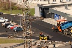 Kremenchug, r?gion de Poltava, Ukraine, le 9 avril 2019, ?tendant l'asphalte pr?s du march? d'ATB, construction d'une nouvelle ro photo stock