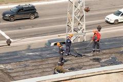 Kremenchug, regi?n de Poltava, Ucrania, abril de 2019, reparaci?n del tejado viejo del edificio, el tejado se cubre con el nuevo  imagen de archivo libre de regalías