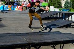 Kremenchug, Ukraine - 5 juin 2017 : Patineur faisant des tours dans le skatepark pendant le festival de la culture de rue images libres de droits