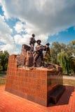 KREMENCHUK UKRAINA - AUGUSTI 04, 2018: monument för lödmetaller, som dog i den Afghanistan operationen Text säger royaltyfri bild