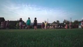 Kremenets, Ucraina - agosto 2018: Gruppo di bambini che corrono sul prato inglese archivi video