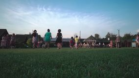 Kremenets, Ukraine - août 2018 : Groupe d'enfants courant sur la pelouse clips vidéos