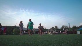 Kremenets, Ukraine - août 2018 : Groupe d'enfants marchant ensemble dehors pendant l'été banque de vidéos