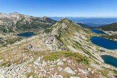 Kremenski och popovosjöar från det Dzhano maximumet, Pirin berg, Bulgarien royaltyfria bilder