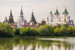 Kreml i Izmailovo med en sjö och träd, Moskva, Ryssland royaltyfri bild