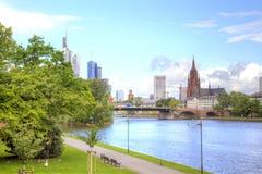 Kreml miasta krajobrazu noc znaleźć odzwierciedlenie rzeki Frankfurt - Am - magistrala Bulwar i most Zdjęcia Royalty Free
