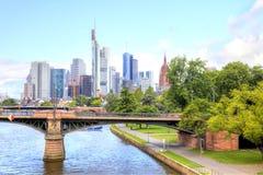 Kreml miasta krajobrazu noc znaleźć odzwierciedlenie rzeki Frankfurt - Am - magistrala Bulwar i most Zdjęcia Stock