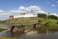 Kreml och bron Verkhoturye Ryssland Royaltyfri Foto