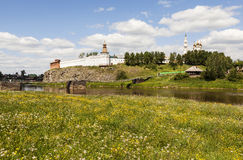 Kreml och bron Verkhoturye Ryssland Royaltyfri Bild