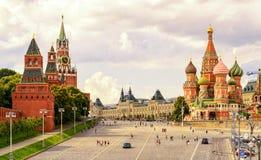 Kreml och domkyrka av St-basilika på den röda fyrkanten i Moskva Royaltyfri Fotografi
