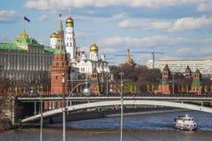 Kreml och Moskva flod royaltyfria foton