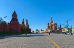 Kreml och St.-basilika på den röda fyrkanten för Moskva Royaltyfria Foton